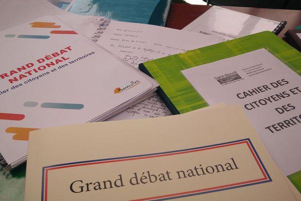 Poitiers - les cahiers de doléances du Grand débat national sont livrés à la préfecture - 20 février 2019.