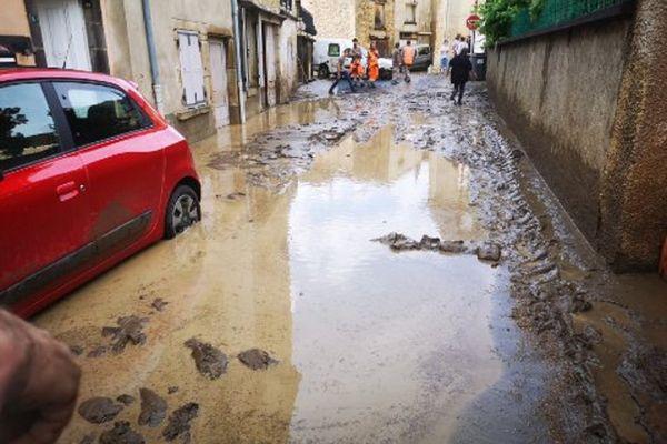 Les rues étaient inondées par la boue à Sauvagnat-Sainte-Marthe (Puy-de-Dôme).
