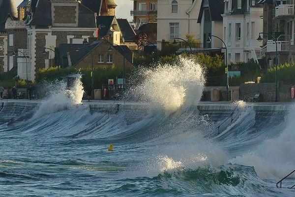 Il va y avoir du vent et des vagues à Saint-Malo (photo: 17 octobre)