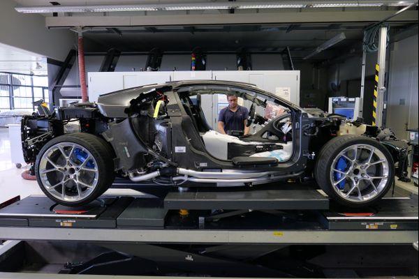Vingt-cinq techniciens alsaciens travaillent au montage des voitures chez Bugatti