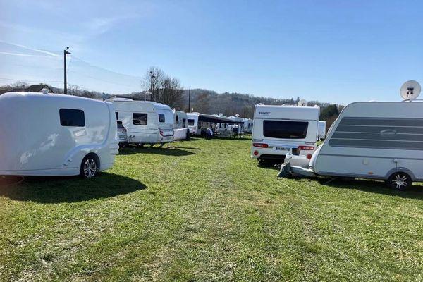 Près de quatre-vingts caravanes se sont installées illégalement sur le parc des sports de la ville de Donzenac, dimanche 28 mars 2021.