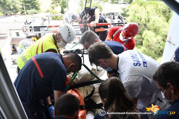 Nîmes - une personne de forte corpulence extraite de son appartement par les pompiers du GRIMP puis médicalisée et admise au CHU - 22 juillet 2020.