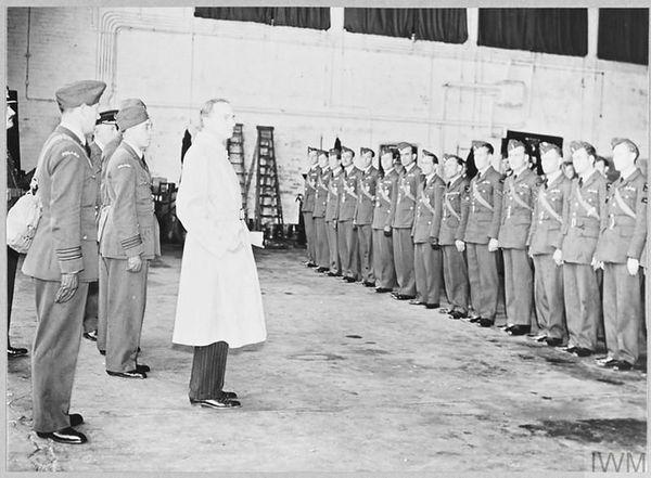 Le ministre britannique de l'Air, Archibald Sinclair, s'adressant aux aviateurs polonais du futur 300 Squadron, à Bramcote, le 30 juin 1940.