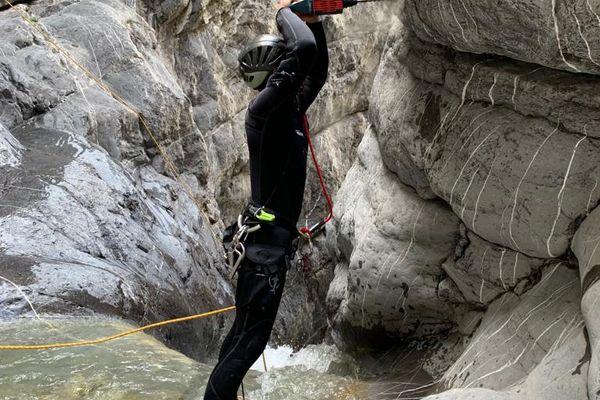 14 avril 2021 : six mois après la tempête Alex, les professionnels ont vérifié et rajouté des parties métalliques sur les rochers du canyon de Cramassouri (Alpes-Maritimes).