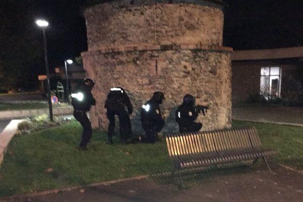 Des forces de l'ordre en action dans le cadre de l'exercice anti-terroriste de Changé (Mayenne) le 16 novembre 2017