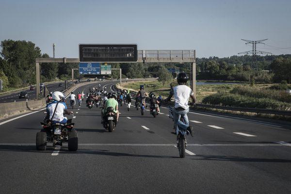 Les rodéos sur autoroutes sont un phénomène rare, mais déjà connu. Ici, en 2017, une cinquantaine de jeunes s'y adonnait sur l'autoroute A104, près de Paris.