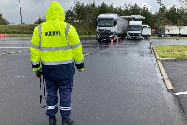 La douane et la gendarmerie mènent conjointement cette opération de contrôle antistupéfiants sur l'A75, dans le Cantal.