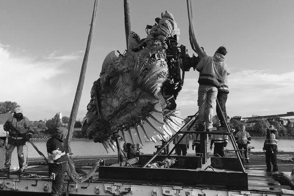 Le Dragon de Calais a été séparé en trois morceaux pour pouvoir être embarqué.