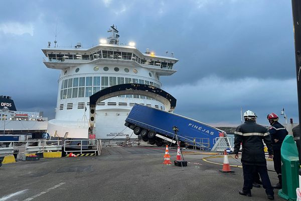 Le camion s'est retrouvé en équilibre au-dessus de la mer.