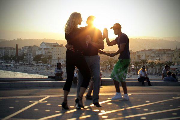En pleine troisième phase du déconfinement un allègement des mesures sanitaires a été annoncé. Alors, pourrons-nous danser comme ici en 2011 à Nice lors de cette fête de la musique 2021 ?
