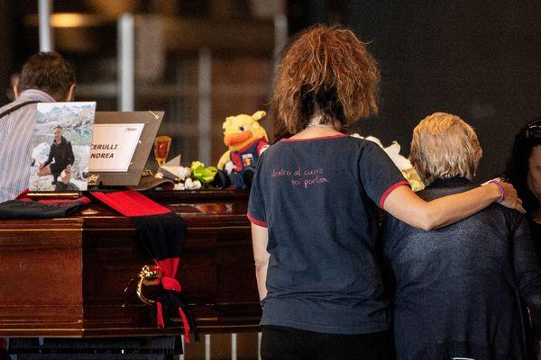 Les 18 cercueils étaient alignés sous d'énormes gerbes de fleurs.