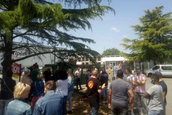 Les salariés de l'usine Tipiak de Saint-Aignan-Grandlieu manifestent, le 9 juin 2020