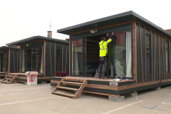 """Les élus ont annoncé qu'un autre site d'une vingtaine de """"tiny houses"""" verrait le jour prochainement à Lyon. Démontables et transportables, ces micro-maisons, inspirées d'un mouvement architectural américain, permettent de déployer rapidement une solution de logement"""