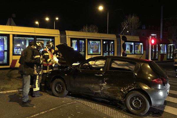 Le véhicule qui a heurté le tram dans la soirée.