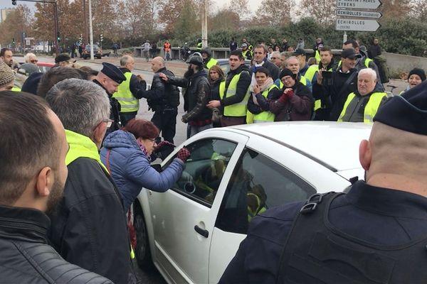 Un moment de tension entre une automobiliste bloquée et les gilets jaunes installés au rond-point du Rondeau à Grenoble.