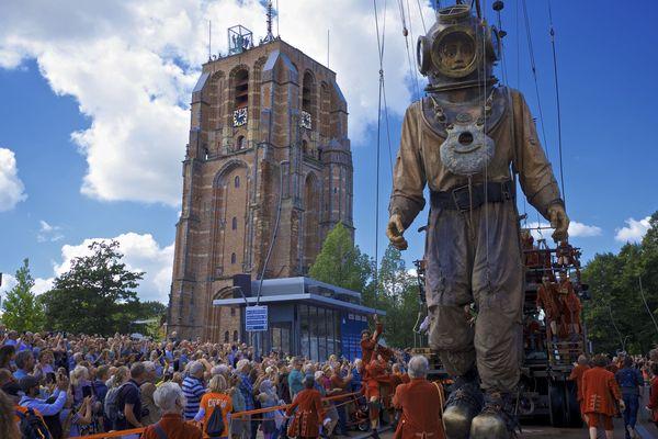Le scaphandrier dans les rues Leeuwerden aux Pays-Bas