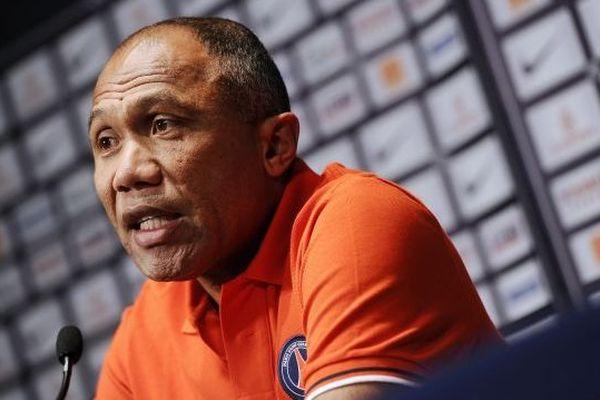 Antoine Kombouaré en 2011, alors entraîneur du PSG, est le coach artésien cette année 2013-2014
