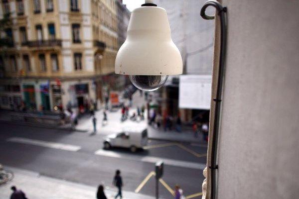 En cas de bruit anormal, une caméra reliée au micro permet d'envoyer l'image de la zone suspecte au PC sécurité de la ville.