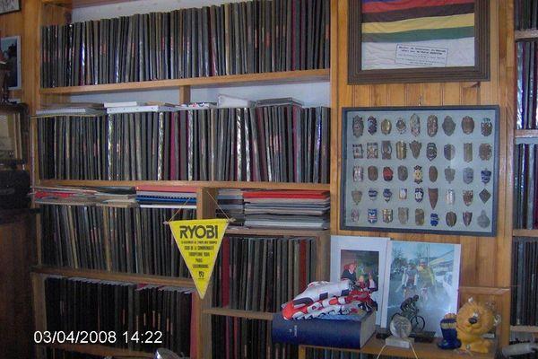 Dans ses armoires : plus de mille cahiers réalisés par ses soins pour retracer la carrière de coureurs émérites.