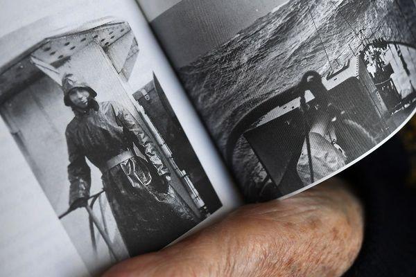 Georges Ménage montrant une photo de lui, pendant le débarquement de la Seconde Guerre mondiale