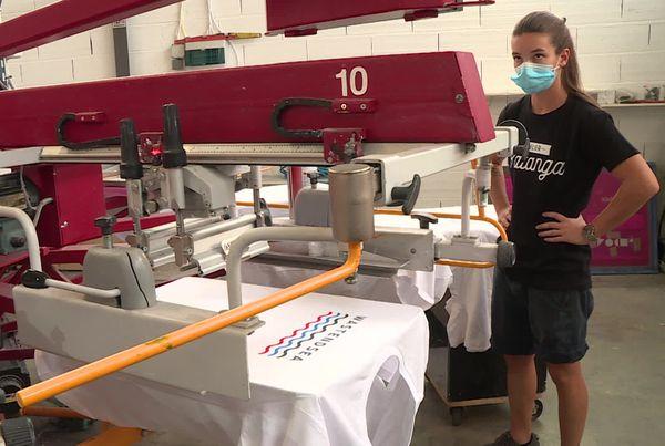 Le textile est sérigraphié et brodé dans un atelier de marquage toulousain
