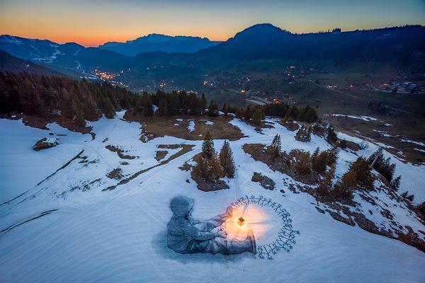 Une fresque dans la neige, réalisée par l'artiste Saype à La Clusaz en Haute-Savoie.