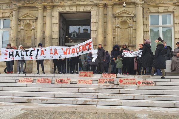 """Le groupe des """"Mamans en colère"""" sur les marches du parvis de l'hôtel de ville de Reims manifestent contre les violences dans les quartiers le 1er février 2020."""
