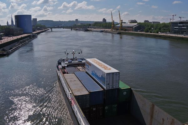 Transport de conteneurs par voie fluviale sur la seine entre Rouen et Paris