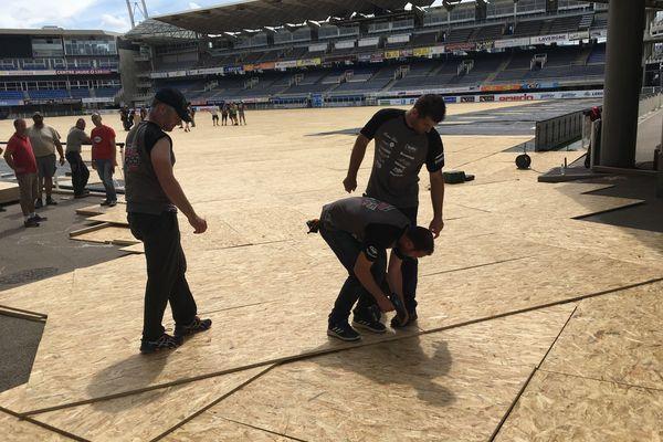 Les travaux au stade Michelin en vue du Supercross ont débuté le 7 juin avec l'installation de plaques de protection.