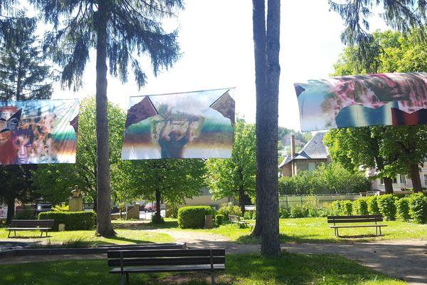 """Raphaël Barontini, """"En la plaza de mi pueblo"""", Jardin public, Médiathèque du Gévaudan, 48100 Marvejols. Exposition du 25 mai au 19 octobre 2019."""
