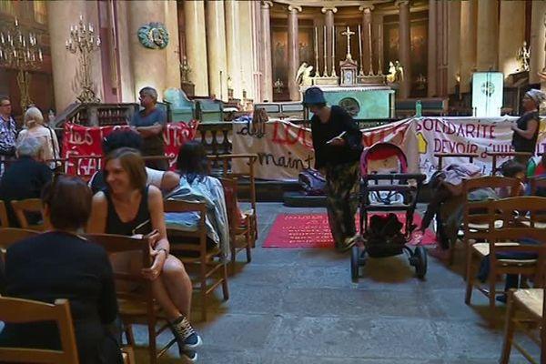 Migrants et militants du collectif dans la cathédrale de Rennes