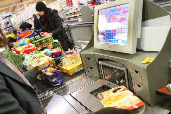 Une caissière dans un supermarché.