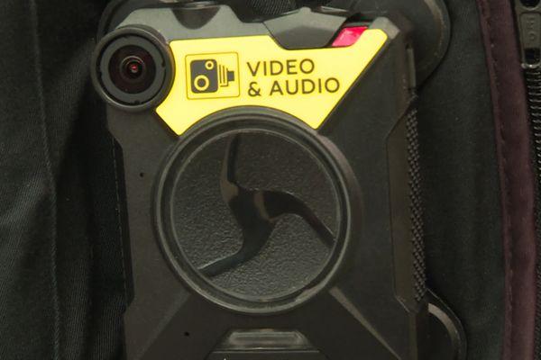 Ces caméras individuelles seront bientôt visibles sur les uniformes des agents de contrôle et de surveillance dans les transports en commun du Grand Lyon / © Frédéric Llop