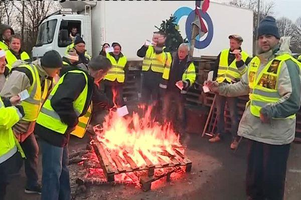 Des gilets jaunes du rond-point du Nouveau monde, à Soultz, brûlent leur carte d'électeur, ce samedi 8 décembre.
