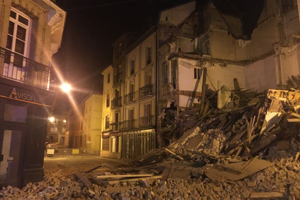 Une partie de la rue des Bains et de la rue Saint-Rémy est inaccessible suite à l'effondrement d'un immeuble à Dieppe le mardi 12 octobre 2021.
