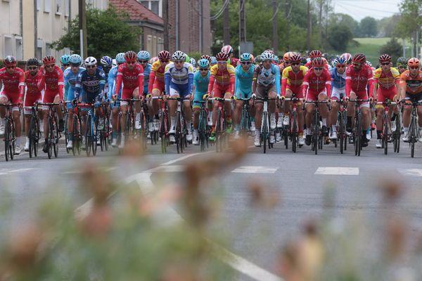 Le peloton à Friville-Escarbotin lors de la deuxième étape du Tour de Picardie le 14 mai 2016 dans la Somme.
