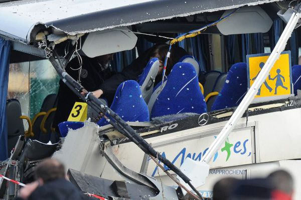 L'autocar a été transpercé par la ridelle du camion.