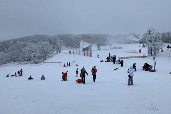 Grâce à la neige tombée ces derniers jours, la station Alti Aigoual-Prat Peyrot, seule station de ski du Gard, a pu accueillir une quarantaine d'enfants et d'adolescents, ce samedi 2 janvier 2021.