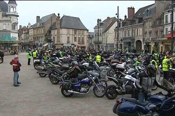 Les motards en colère de l'Allier, du Cher, de la Nièvre, de Saône-et-Loire et du Puy-de-Dôme ont déferlé le 2 avril dans l'agglomération de Moulins pour manifester leur hostilité aux contrôles techniques de leurs motos