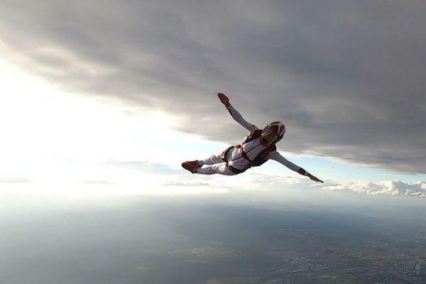 Une danse dans le ciel filmée par des vidéastes-parachutistes.