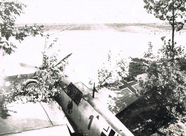 Un Messerschmitt Bf109 de la Jagdgeschwader 26, photographié sur un aérodrome du Pas-de-Calais, probablement Caffiers (document non daté).