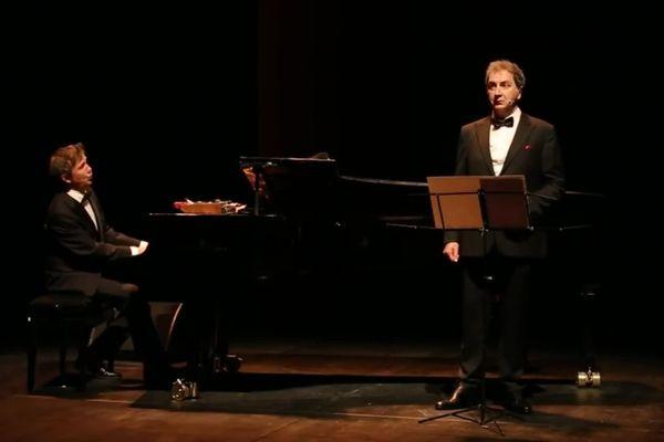 """François Morel avec au piano Antoine Sahler dans """"J'ai des doutes"""", spectacle hommage à Raymond Devos."""