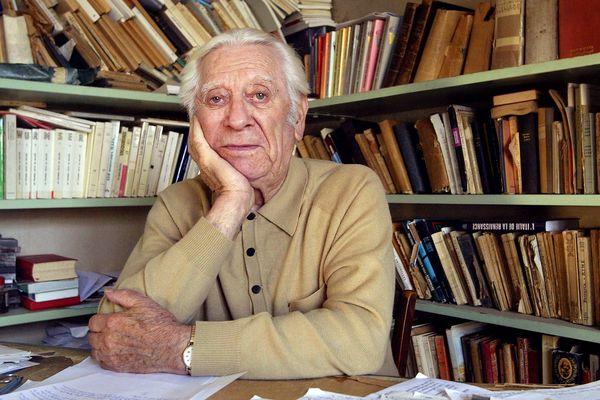 L'écrivain auvergnat Jean Anglade est décédé mercredi 22 novembre, à l'âge de 102 ans. C'est en la cathédrale de Clermont-Ferrand, jeudi 30 novembre, à 10 heures, qu'auront lieu ses obsèques.