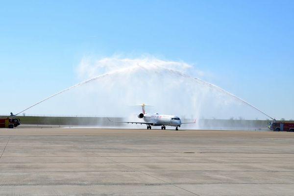 """L'avion de la compagnie Iberia vient d'arriver de Madrid sur le tarmac de l'aéroport de Paris-Vatry ce dimanche 31 mars. L'avion a été accueilli par un """"Water Salute"""", arrosage traditionnel d'avion consistant à former une arche symbolique au sol pour saluer le premier vol d'une nouvelle ligne."""