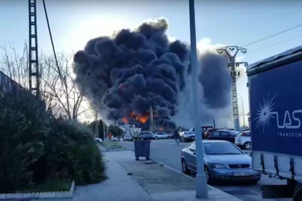 Depuis hier, de fausses vidéos sur l'explosion à la centrale nucléaire de Flamanville circulent sur internet. Cette image est une capture d'écran de l'une d'entre elles. Il s'agit en réalité d'une explosion qui a eu lieu dans une usine de produit chimique en Espagne le 8 février.