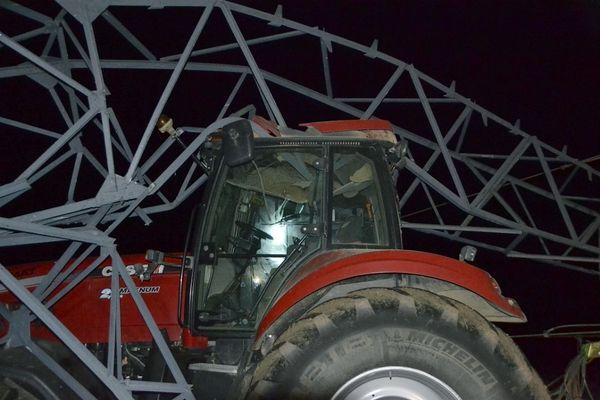 Une tige de métal du pylône de 63 000 volts a traversé la cabine du tracteur