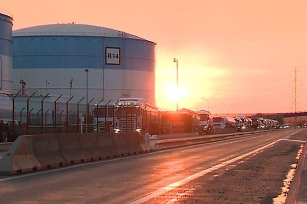 """Ce lever de soleil donnerait """"presque"""" envie d'aller devant le dépôt pétrolier de Fos tous les matins..."""