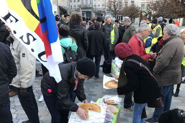 A Besançon, sur la place de la Révolution, 300 personnes se sont regroupées pour la manifestation contre la réforme des retraites.