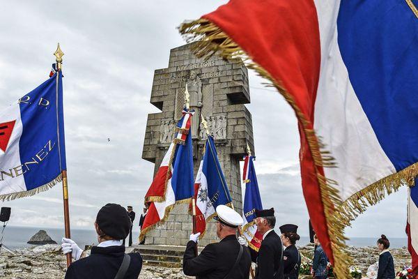 Cérémonie commémorative pour le 80e anniversaire de l'appel du 18 juin 1940 du général De Gaulle au mémorial des Bretons de la France libre à la pointe de Pen Hir.