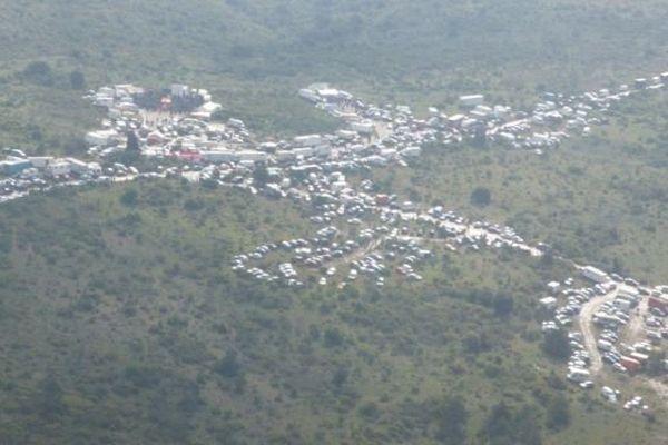 Image aérienne de la rave party de Montlaur, dans l'Aude, qui a rassemblé jusqu'à 1.500 participants - mai 2016